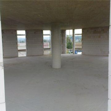 Bild vom großen Innenraum, der nur eine einzige runde Mittelstütze hat.